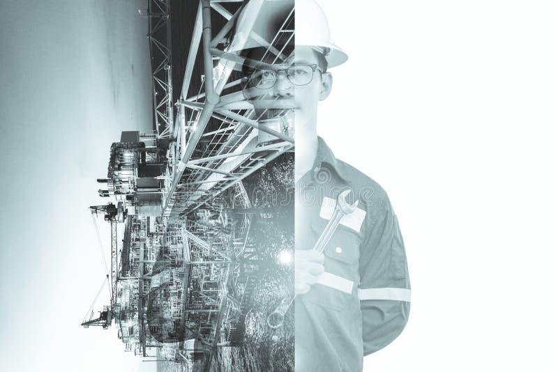 Doppelbelichtung des Ingenieur- oder Technikermannes mit Schutzhelm betriebener Plattform oder Anlage durch die Anwendung der Tab lizenzfreie stockbilder
