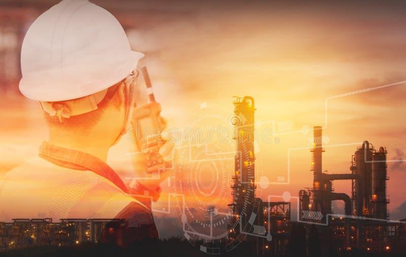 Doppelbelichtung des Ingenieurs mit Schutzhelm mit Erd?lraffinerieindustrie-Betriebshintergrund industrielle Instrumente in der F lizenzfreie stockfotos