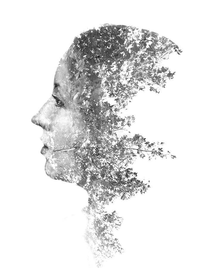 Doppelbelichtung des jungen schönen Mädchens unter den Blättern und den Bäumen Schwarzweiss-Schattenbild lokalisiert auf Weiß stockbild