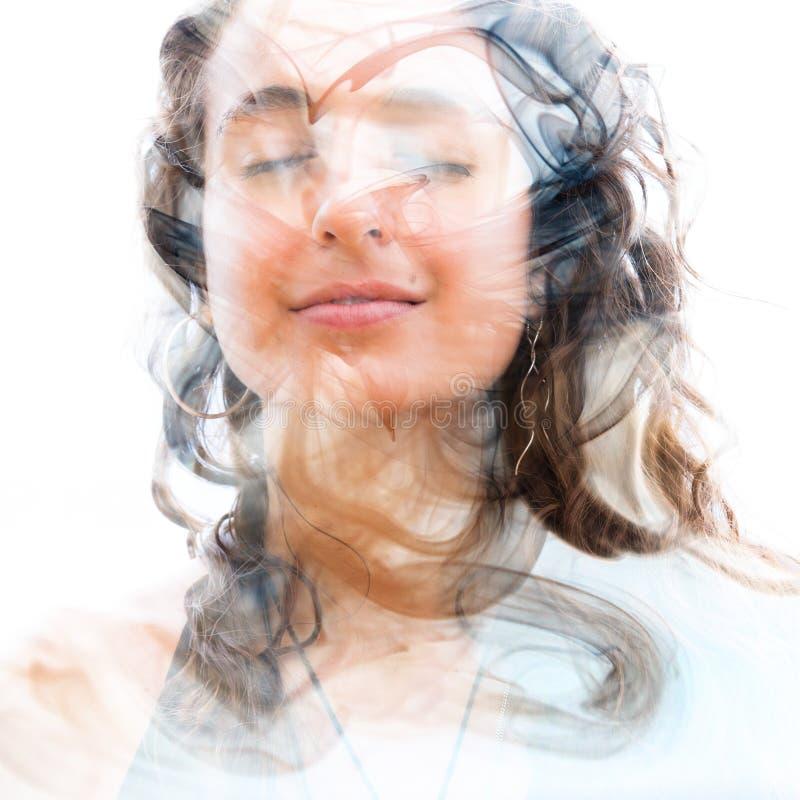 Doppelbelichtung einer jungen glücklichen Naturschönheit mit gewelltem Haar a stockbilder