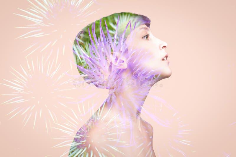 Doppelbelichtung gemacht mit junger nackter Schönheit mit gesunden Haut- und Frühlingsblumen stockfoto