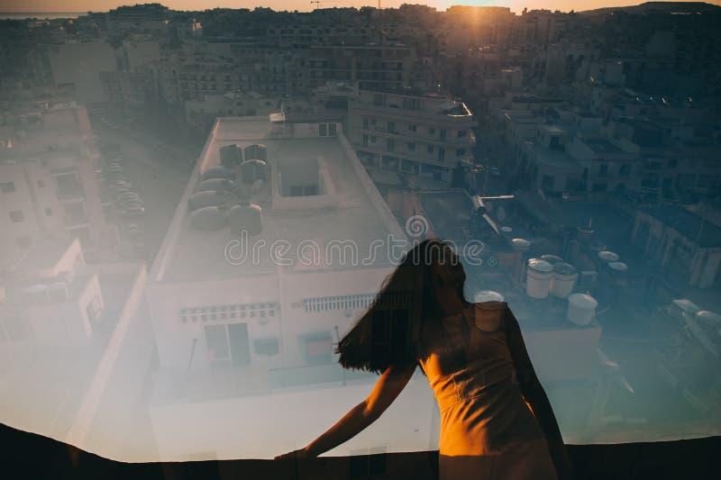 Doppelbelichtung u. x28; Mädchen, welches das sunset& x29 betrachtet; lizenzfreie stockfotografie