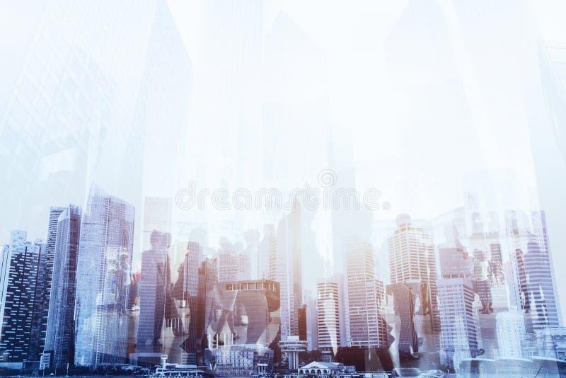 Doppelbelichtung von den Geschäftsleuten, die auf die Straße der modernen Stadt gehen lizenzfreies stockfoto