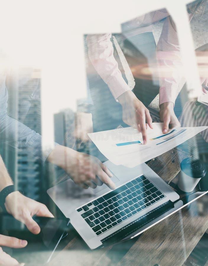 Doppelbelichtung von den jungen Mitarbeitern, die zusammen an neuem Startprojekt im modernen Büro arbeiten JPG + vektorabbildung lizenzfreies stockfoto