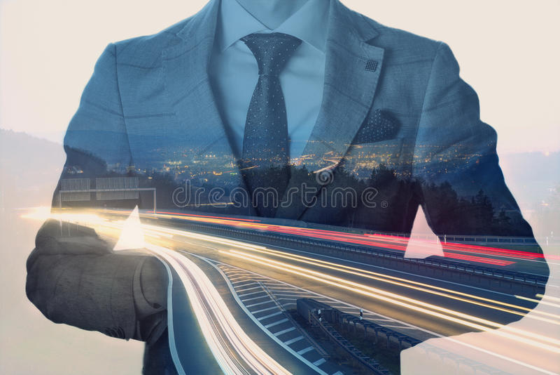 Doppelbelichtung von einem Geschäftsmann mit einem Stadtbild an der Dämmerung und an den lighttrails Klare Farben und Weinlese ge lizenzfreie stockbilder