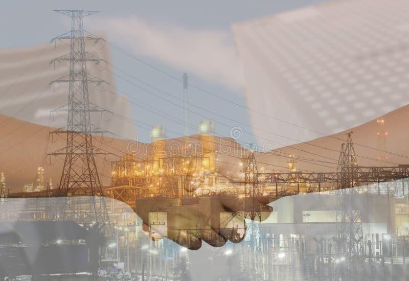 Doppelbelichtung von Erdölraffinerien und Geschäftshändedrücke schließen sich h an stockfotografie