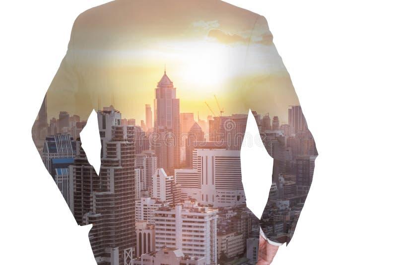 Doppelbelichtung von Geschäftsmann Rückseite, nach vorn schauend, Stadtbild a stockfotos