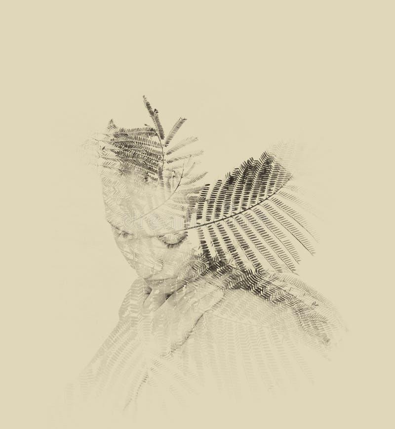 Doppelbelichtung von roten Blumen in der schönen jungen Frau Schwarzweiss-Bild, Weinleseeffekt stockbilder
