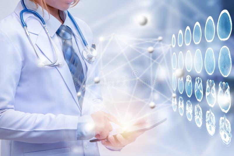 Doppelbelichtungsärztin, die Tablette oder intelligentes Telefon hält lizenzfreie abbildung