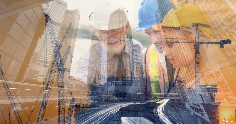 Doppelbelichtungs-Geschäfts-Baugewerbe und Technik-Konzept, Wirtschaftler sind, planend zusammen gedanklich lösend und für lizenzfreie stockbilder