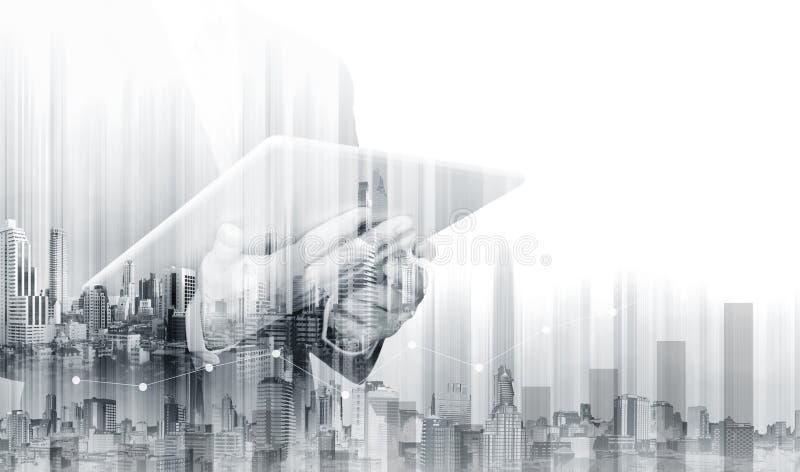 Doppelbelichtungs-Geschäftsmann, der an digitaler Tablette mit modernen Gebäuden arbeitet Geschäftswachstum und -investition lizenzfreies stockfoto