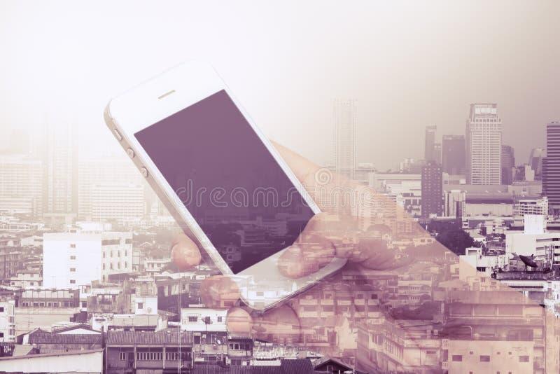 Doppelbelichtungsbild der Frau, die Mobiltelefon verwendet stockbilder