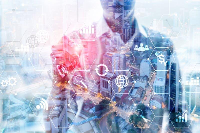 Doppelbelichtungsgemischte medien Diagramme und Ikonen auf Hologrammschirm Geschäftsleute und moderne Stadt auf Hintergrund stockfotografie