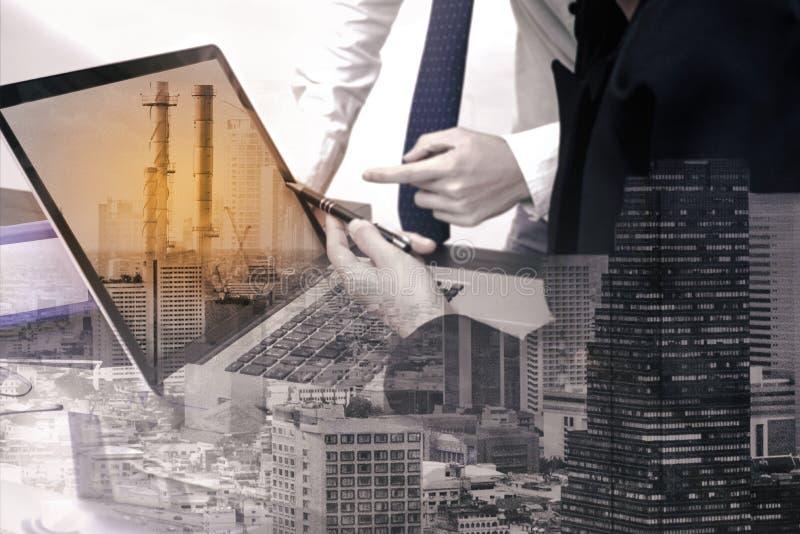 Doppelbelichtungsgeschäftsarbeitskraft mit Fabrikindustrie stockfotos