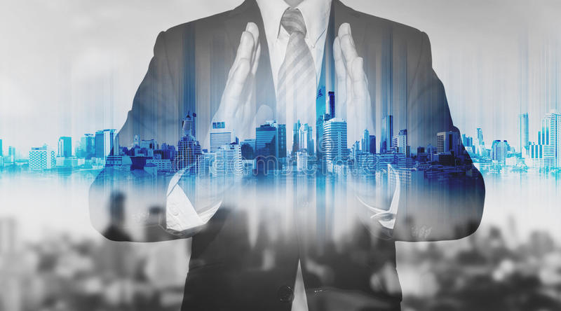 Doppelbelichtungsgeschäftsmann, der blaues Stadthologramm, Immobiliengeschäftstechnologie hält lizenzfreie stockfotos
