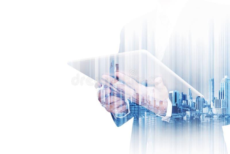 Doppelbelichtungsgeschäftsmann, der an digitaler Tablette mit modernen Gebäuden in der Stadt, lokalisiert auf weißem Hintergrund  stockfoto