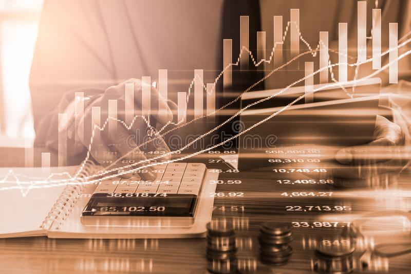 Doppelbelichtungsgeschäftsmann und Börse oder Devisen stellen passendes für Finanzinvestitionskonzept grafisch dar Wirtschaft nei lizenzfreie stockbilder