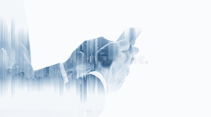Doppelbelichtungsgeschäftsmann unter Verwendung des intelligenten Mobiltelefons mit modernen Gebäuden, auf weißem Hintergrund lizenzfreie stockbilder