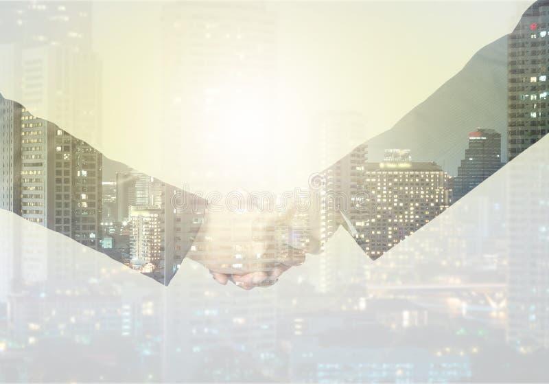 Doppelbelichtungshändedruck zwischen Geschäftsmann auf einem Stadt backgrou lizenzfreies stockbild