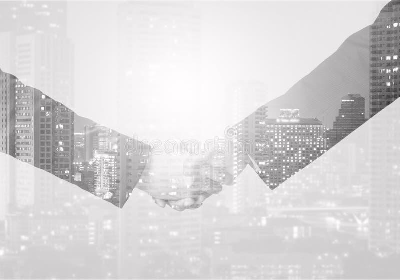 Doppelbelichtungshändedruck zwischen Geschäftsmann auf einem Stadt backgrou lizenzfreie stockbilder