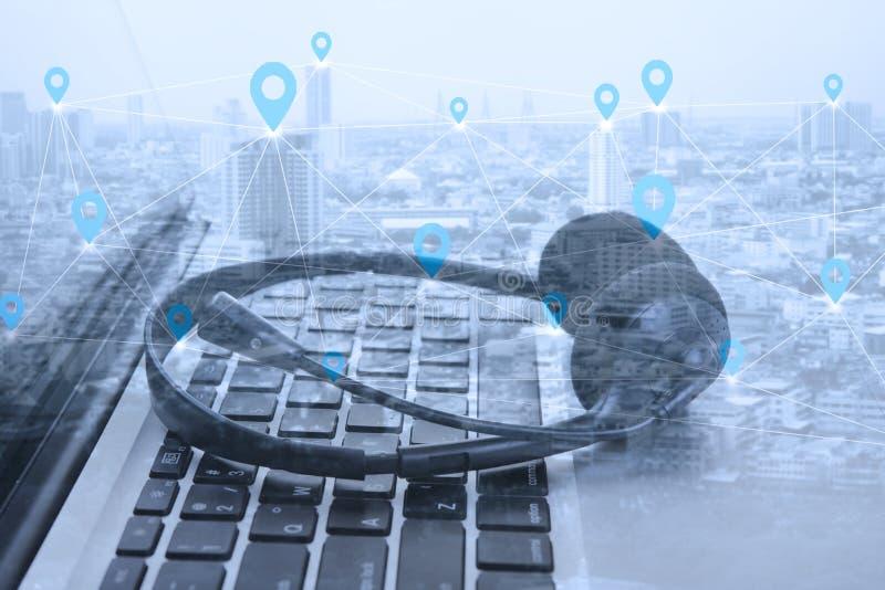 Doppelbelichtungssoziales netz mit Kopfhörer- und Computerlaptop, lizenzfreies stockfoto