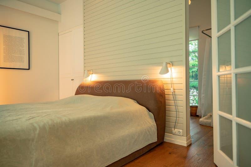 Doppelbett angesichts eines Gartens lizenzfreie stockfotos