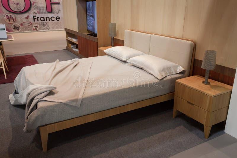 Doppelbett auf Anzeige an HOMI, Ausgangsinternationales Zeigung in Mailand, Italien lizenzfreies stockbild