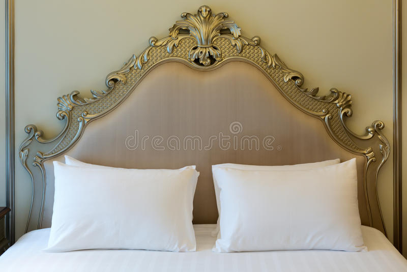 Doppelbett im Hotelzimmer stockfotografie
