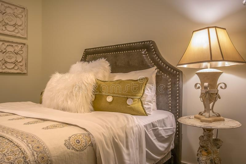 Doppelbett mit flaumigen Kissen gegen die gepolsterte belgrave Kopfende stockfotos