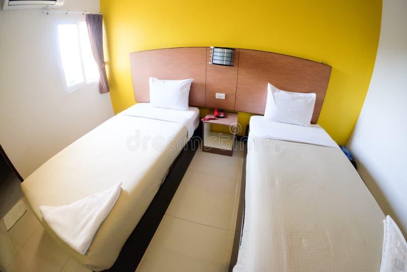 Doppelbetten im Hotelzimmer lizenzfreies stockbild