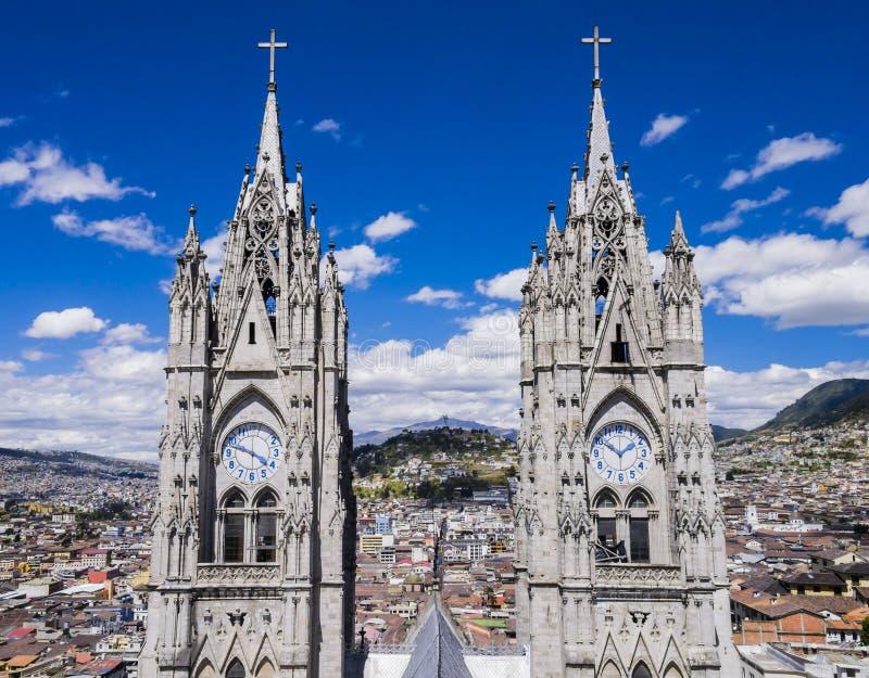 Doppelglockenturm des Basilika del Voto Nacional, Quito, Ecuador stockbild