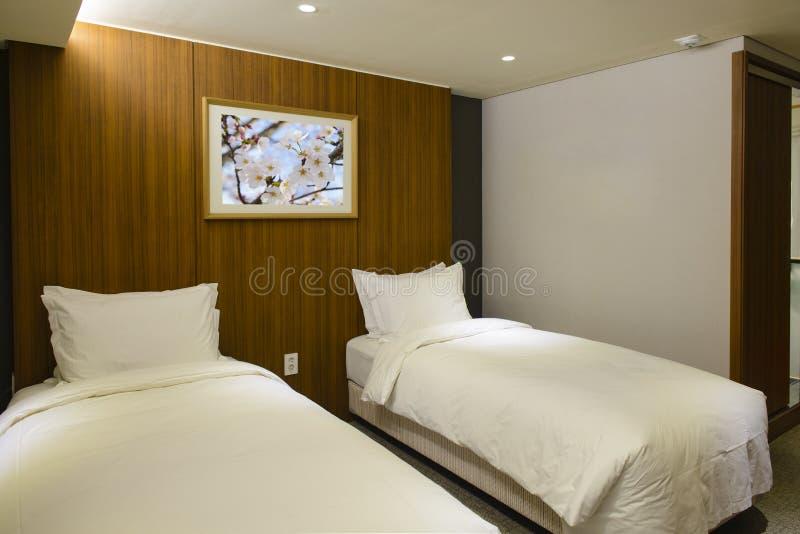 Doppelhotelzimmerinnenraum lizenzfreie stockbilder