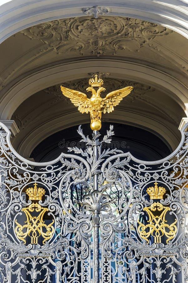 Doppelköpfiger Adler auf den Toren des Einsiedlerei-Museums in St. lizenzfreies stockbild