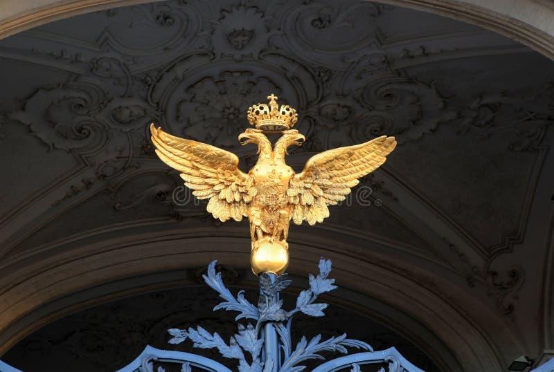 Doppelköpfiger Adler auf den Toren des Winter-Palastes lizenzfreie stockfotos