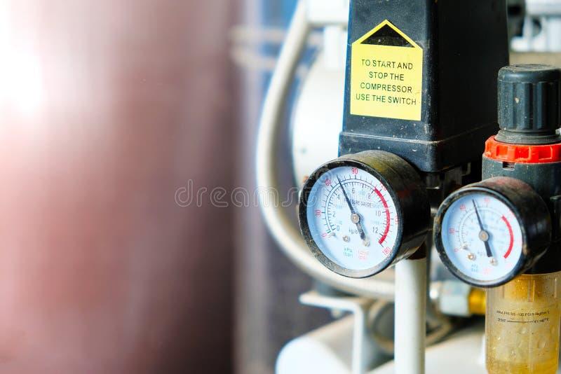 Doppelmanometer mit dem Staub benutzt in den ElektronikReparaturwerkstätten stockbild