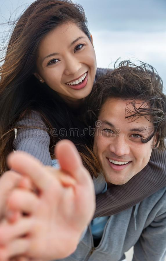 Doppelpol asiatische des Mann-Frauen-romantisches glücklichen Paars auf Strand lizenzfreies stockbild