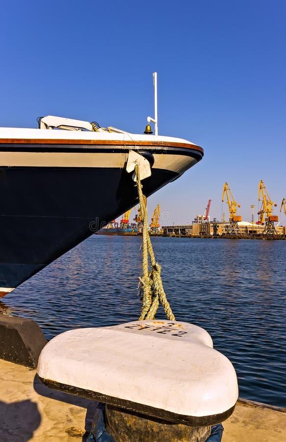 Doppelpoller auf dem Kai mit Trosse des Schiffsschiffspollers durch das Ufer lizenzfreies stockfoto