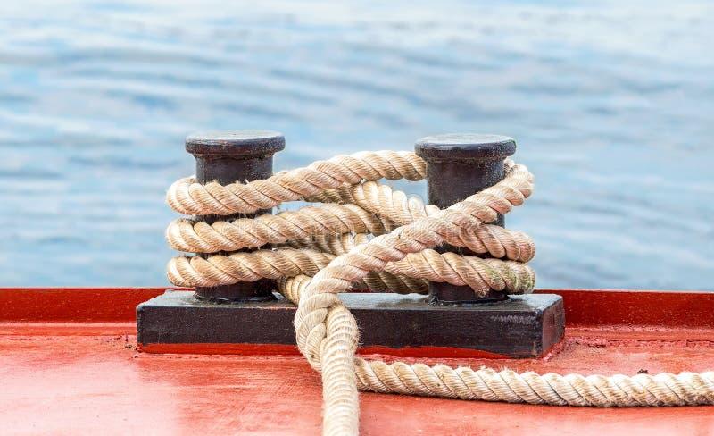 Doppelpoller mit einem örtlich festgelegten Seil auf dem Schiff lizenzfreie stockfotos