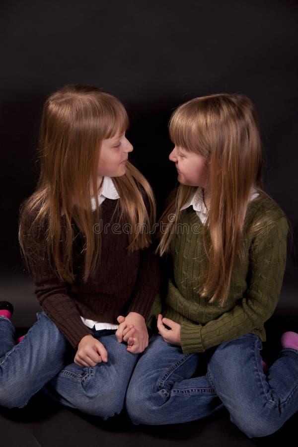 Doppelschwestern stockfoto