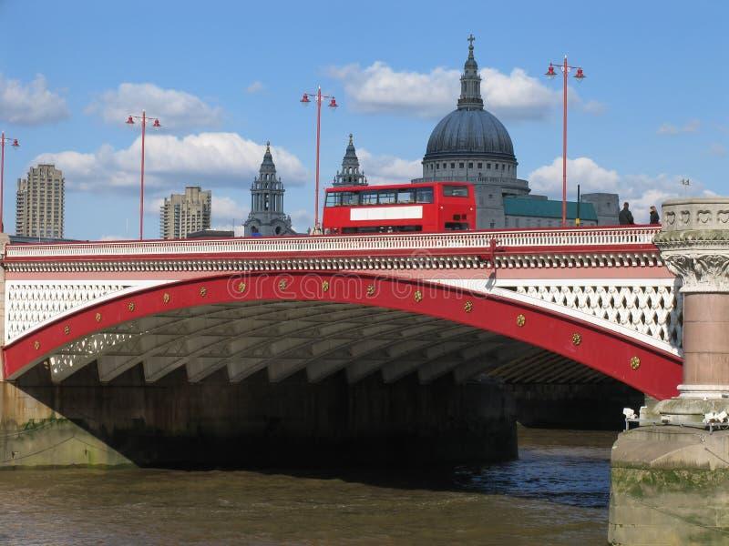 Doppelstöckiger Bus auf Londons Blackfriars Brücke lizenzfreies stockfoto