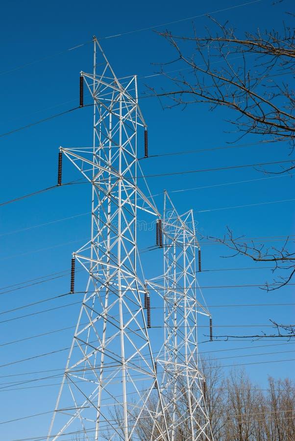 Doppelstromleitung Kontrolltürme gestaltet von Branches stockfoto