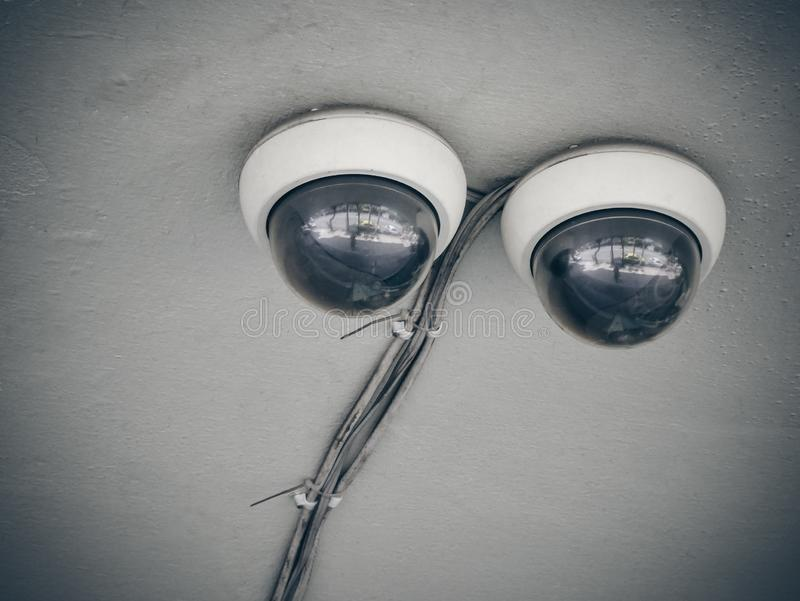 Doppelte Überwachungskamerasicherheit auf alter konkreter Decke stockbild