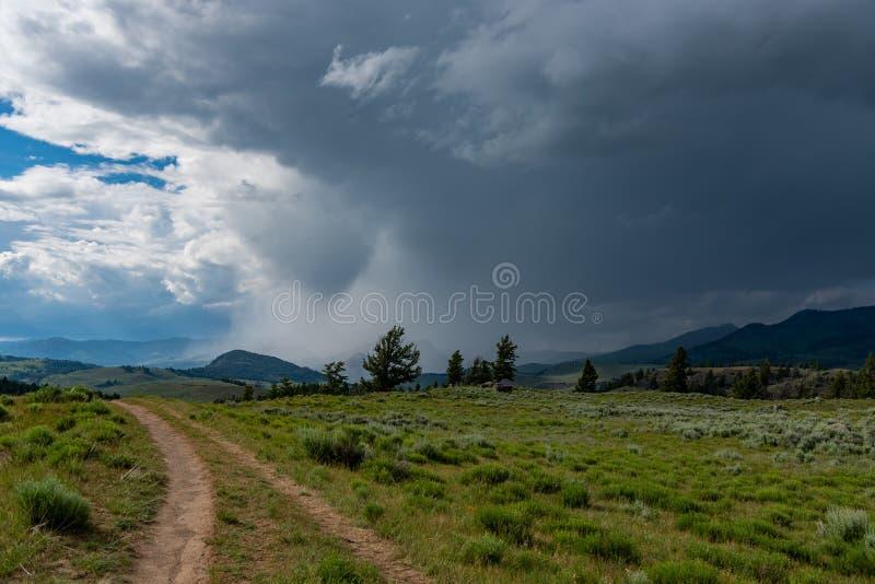 Doppelte Bahn-Spur, die in stürmischen Himmel vorangeht stockbilder