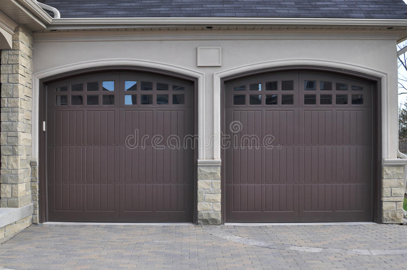 Doppelte Garage-Türen lizenzfreies stockfoto