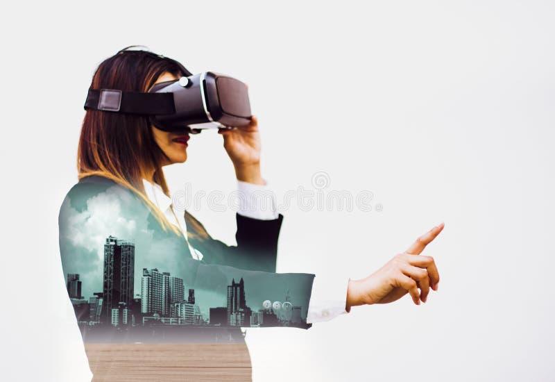 Doppelte Kopfhörer der Belichtungzukunft VR, Frauengeschäft in den Klagen unter Verwendung der Finger erfahren die modernen Innov stockfotos