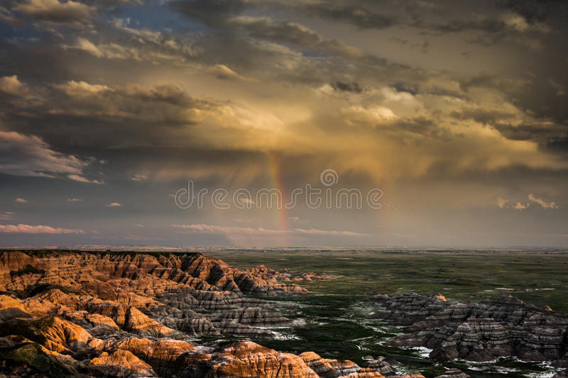 Doppelte Regenbogenregenwolke, Ödländer Nationalpark, South Dakota lizenzfreie stockfotos