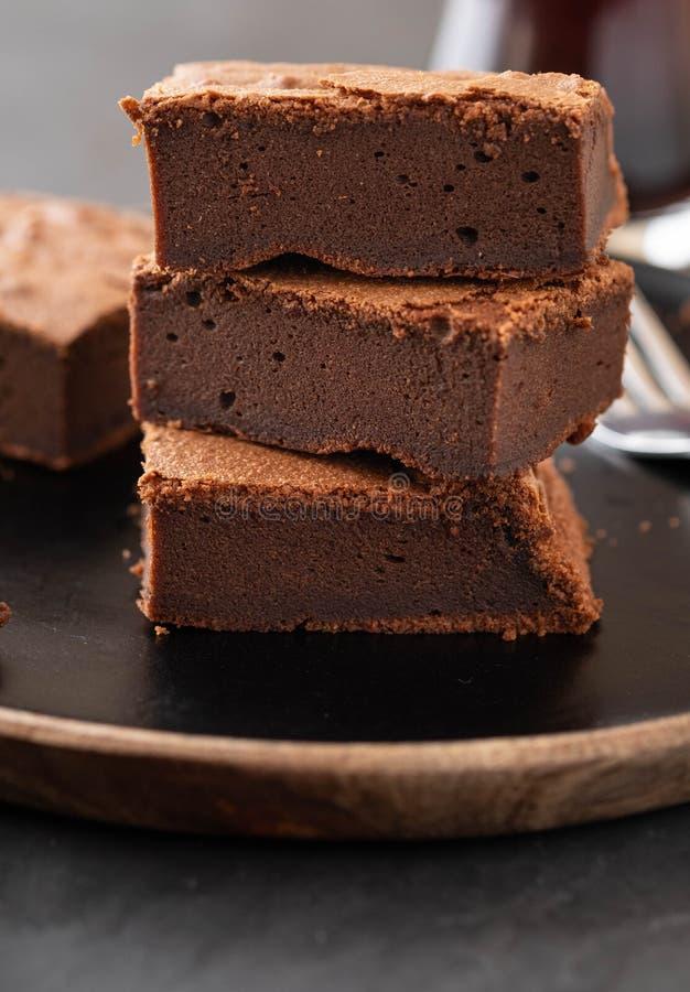 Doppelte Schokoladen-Schokoladenkuchen Selbst gemachte Schokoladenfondantschokoladenkuchen mit Schokoladensplittern und schwarzem stockfoto