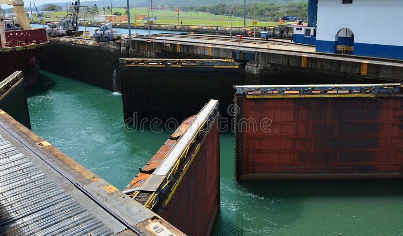 Doppelte Tore, die für Schiff sich öffnen stockfotografie