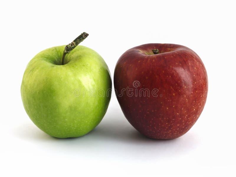 Doppelter Apfel rot und Grünes lokalisiert stockbild