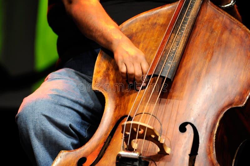 Doppelter Baß-Spieler - klassischer Jazz stockbild